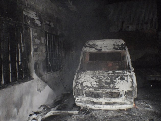 Požár dodávky Volkswagen ohrožoval blízký výrobní objekt.
