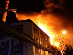 Obrovský požár zachvátil v pátek 8. dubna časně ráno podnik na zpracování plastů v Chropyni.