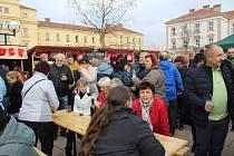 JARMARK PLNÝ JÍDLA I PITÍ. Ke skleničce vína si mohli návštěvníci vybrat z bohaté nabídky jídel i pochutin na tradičním jarmarku.