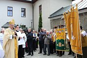Včelaři z celé země se už popatnácté sešli na poutním Hostýně. Arcibiskup Graubner tam žehnal praporu z Bystřice pod Hostýnem i novým krojům.