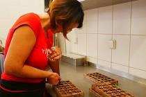 V největších fofrech vyrobí čokoládovna i 30 kilogramů pralinek denně.