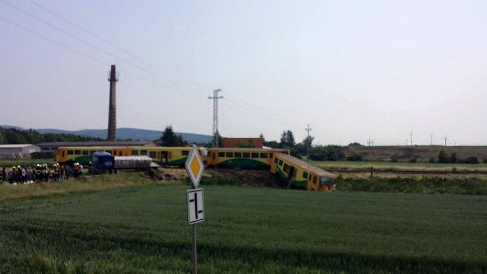 Čtenářské snímky pořízené po srážce osobního vlaku a nákladního auta v holešovské místní části Dobrotice.