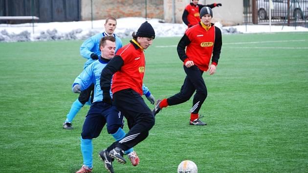 Hulínský tým ( v červeném) nestačil na účastníka I. A třídy.