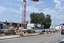 Výstavba parkovacího domu v Kroměříži je podle plánu v předstihu. Červen 2021.