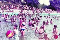 ROŠTĚNÍ, RADOVÁNKY NA MÍSTNÍM KOUPALIŠTI. V roce 1966 byl slavnostně otevřen sportovní areál s koupalištěm.