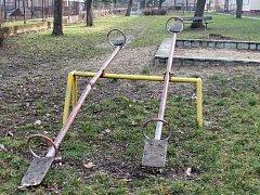 Obyvatelé paneláků v ulicích Slovenská a Hanácká v Holešově by mezi domy uvítali nová dětská hřiště. Houpačky, které tady slouží desítky let, jsou už v dezolátním stavu.