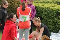 Děti základních škol a víceletého gymnázia ve čtvrtek soutěžily v ošetřování zraněných. Pravidelná akce se opět konala v tamní Květné zahradě a na dopravním hřišti.