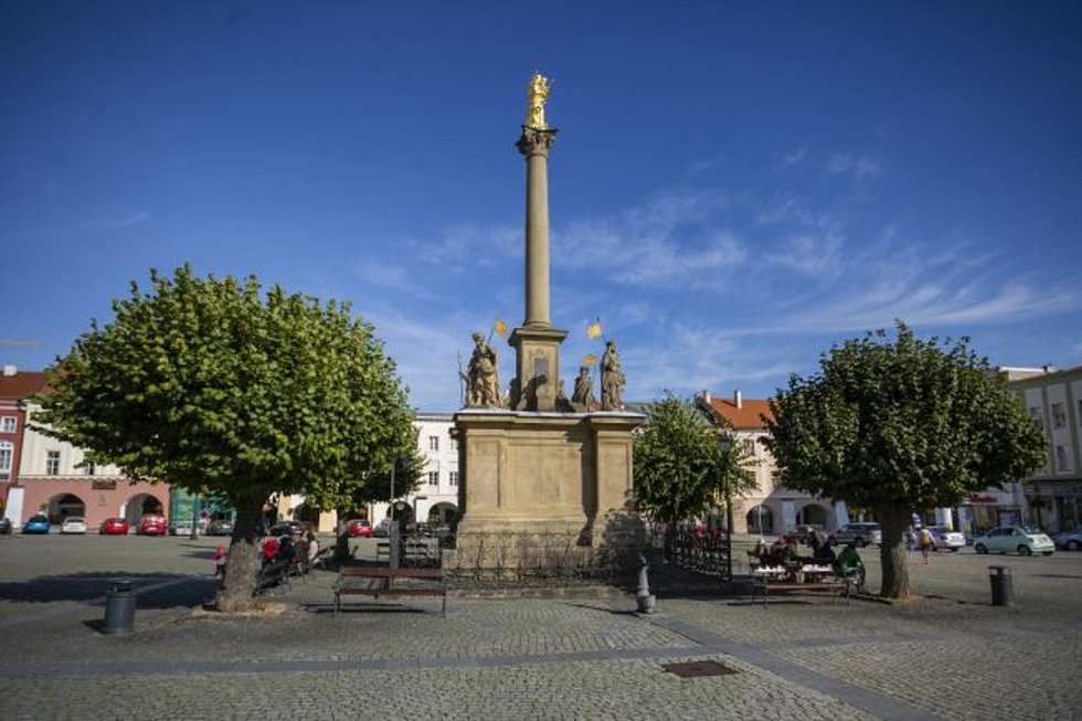 Opravu dvou památek v centru města chystá kroměřížská radnice. Týkat se bude jednak sloupu nejsvětější Trojice na Riegrově náměstí a také Mariánského sloupu na Velkém náměstí (na snímku), jehož vrchol zdobí loni nově pozlacená socha Panny Marie.