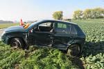 NEZVLÁDL ZATÁČKU. Protijedoucí řidič se snažil srážce vyhnout tím, že vjel na krajnici i tak střetu nezabránil.