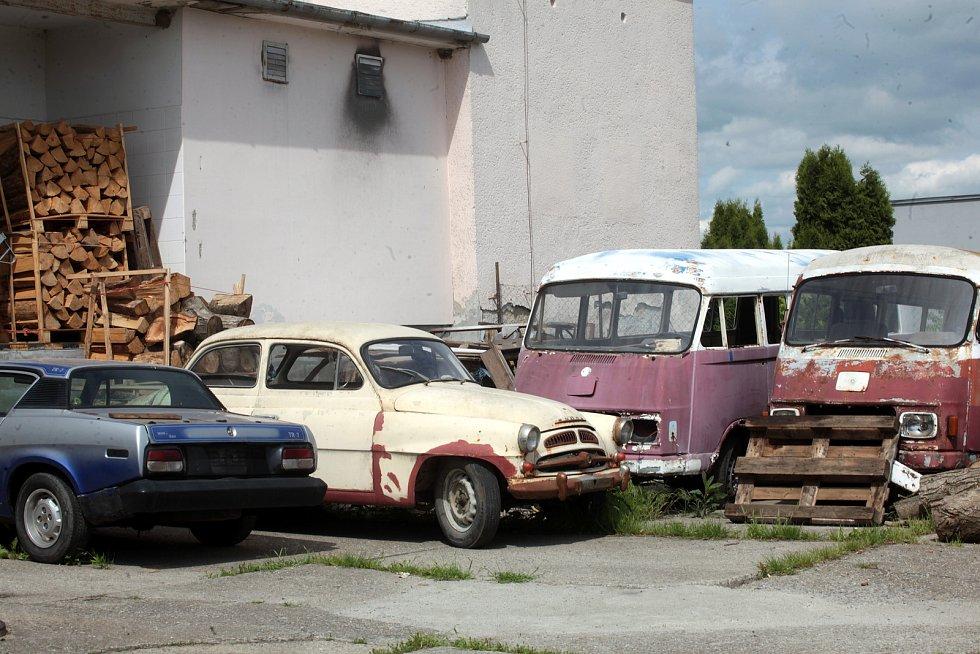Jiří Valach renovuje veterány. Automobily před renovací. Osobní automobil vpravo je Spartak. Automobil Mercedes (větší dodávka) jezdila u Československé televize.