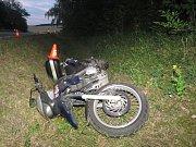 Motorkář nezvládl u Střílek zatáčku, skončil se zraněním v příkopu