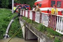 V Chropyni v pátek 21. května 2010 zlínští hasiči odčerpávali vodu z Hejtmanských luk a potoku Svodnice. Tímto opatřením ulevili také zatopeným zahrádkám, garážím a sklepům rodinných domů.