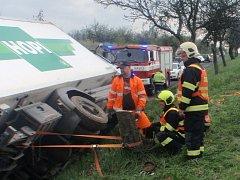 Kvůli vyproštění kamionu museli hasiči u Bystřice pokácet strom