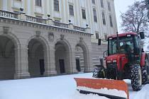 Nadílku sněhu z cest v Podzámecké zahradě odklízeli také tamní zaměstnanci. Práci jim usnadnila technika.