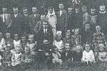 BÍLANY, MÍSTNÍ ŽÁCI. Škola v Bílanech byla postavena v roce 1860. Vyučovalo se v ní nepřetržitě až do roku 1962, kdy byla pro nedostatek žáků zrušena. Děti poté začaly dojíždět do Kroměříže.