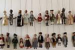 AŽ TISÍC LOUTEK. Pozornost výstavy je soustředěna především na výrobní boom po roce 1911, kdy se začínají vyrábět tak zvané alšovky.