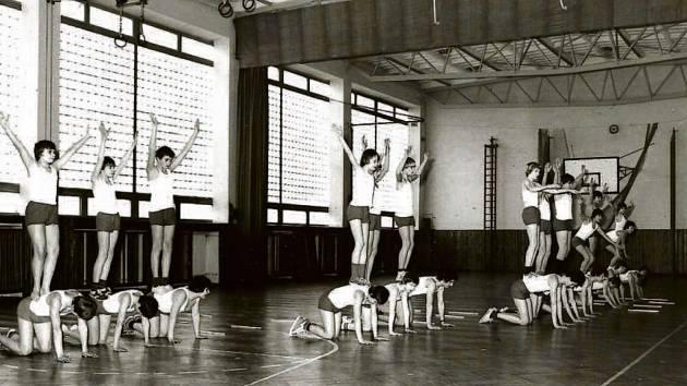 3. ZŠ Holešov, SPARTAKIÁDA. Spartakiáda měla v ČSR několik stupňů, kdy začínala školními koly. I 3. Základní škola nebyla výjimkou a pořádala hromadná veřejná tělocviční vystoupení.