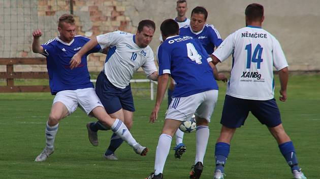 Zkušený fotbalista Němčic Radim Darebníček (na snímku číslo 10) zářil také proti béčku Kvasic.
