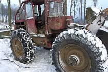 Muži někdo v lese v katastru obce Zástřizly v pátek odpoledne ukradl záběrové řetězy z pracovního stroje.