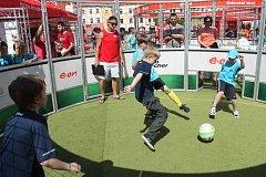 E.on připravil také na kroměřížském náměstí program pro děti i dospělé. Děti prvního stupně hráli turnaj ve fotbálku přímo na náměstí v kruhových arénách.