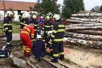 Při řezání dřeva zavalily v pondělí 6. října klády jednoho z pracovníků. K něhodě došlo v půl desáté dopoledne v ulici Za Oskolí v Kroměříži.