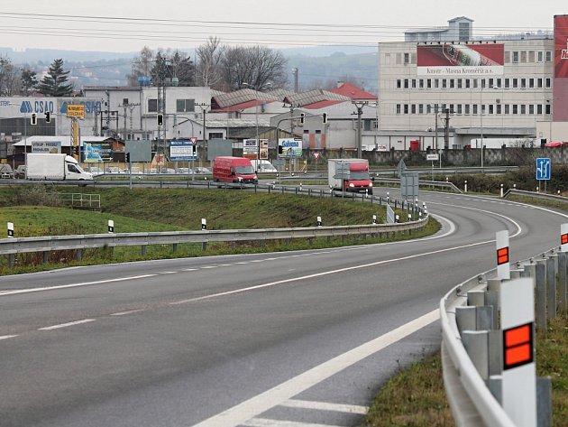 Podle dopravních expertů by mohl častou nehodovost na křižovatce ulic Jožky Silného a Hulínská v Kroměříži vyřešit kruhový objezd. O jeho výstavbě se zatím jen uvažuje.