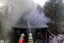 Rozsáhlý požár jedné z ubytovacích chatek na Tesáku.