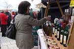 Starostka Kroměříže Daniela Hebnarová zahájila na Hanáckém náměstí ochutnávku prvních letošních svatomartinských vín.