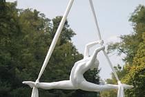 Čtyřapůltý ročník výstavy Sochy v zahradě je tentokrát možné vidět v Podzámecké zahradě.