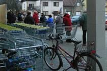 Ačkoliv nabídka obchodů je nepoměrně větší, i letos se před Vánocemi tvoří fronty podobné těm, které bývaly běžné za dob komunismu.