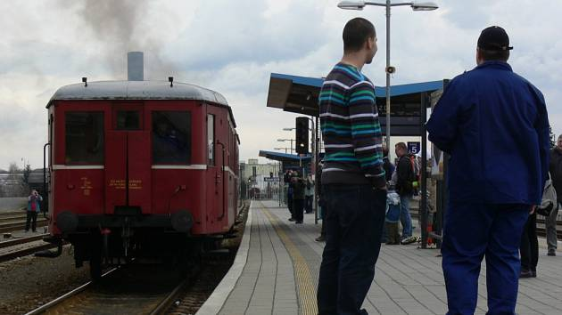 Na Kroměřížské nádraží dorazila v pátek odpoledne lokomotiva Hurvínek. V rámci vzpomínkové jízdy na přímé vlakové spojení Brno – Kroměříž, které bylo zrušeno 9.12.2011.
