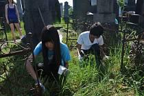 Dobrovolníci na židovském hřbitově. Ilustrační foto.