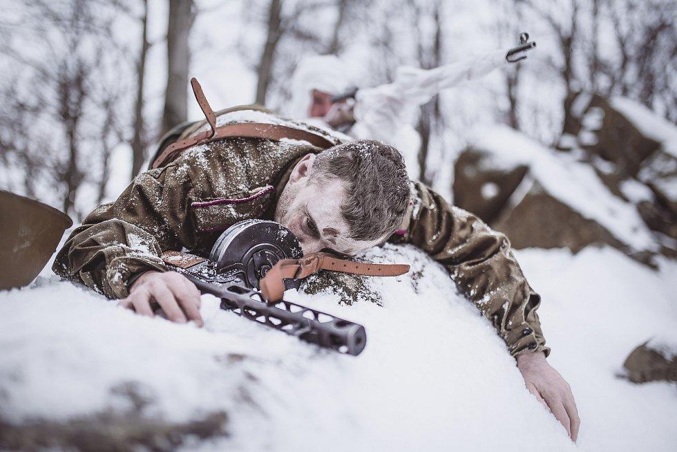 """OBLIČEJEM VE SNĚHU. Voják musel půl hodiny ležet ve sněhu . """"My jsme ho líčili, ale nakonec i sám zimou zblednul,"""" směje se Michal. """"Už 14 dní před focením jsem přemýšleli, jak namaskovat omrzliny. A nakonec měl mírné omrzliny i bez maskování,"""" říká Žíla"""