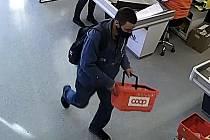 Informace vedoucí ke zjištění totožnosti  muže mohou lidé sdělit na čísle  974 675 651 nebo na lince Policie ČR 158.