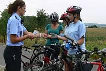Policisté během preventivní akce, která se uskutečnila v úterý od čtyř hodin na cyklostezce mezi Kroměříží a Kvasicemi, kontrolovali cyklisty a povinnou výbavu jejich kola. Vzorným cyklistům také rozdali několik reflexních prvků.