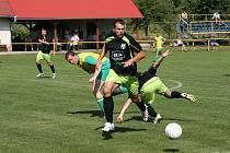 Hráči rezervy Míškovic (v černém) si na svém hřišti poradili s týmem Zahnašovic.