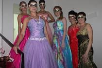 Cukrárna Amadeus hostila nádhernou přehlídku společenských šatů, zároveň dámám poradili, jak se nalíčit třeba na ples. V pátek 12. února je přitom celý večer doprovázel jihoafrický klavírista.