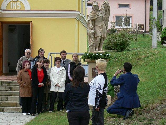 S PATRONEM. Během slavností ve Velkých Těšanech se tamní obyvatelé fotili u nové sochy svatého Floriána.