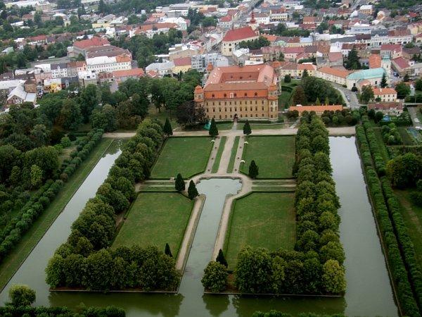 Letecký pohled na zámek a zahradu vHolešově