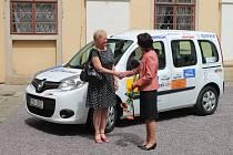 Na nádvoří Arcibiskupského zámku v Kroměříži proběhlo za účasti sponzorů předání Sociálního automobilu Charitní pečovatelské službě v Kroměříži.