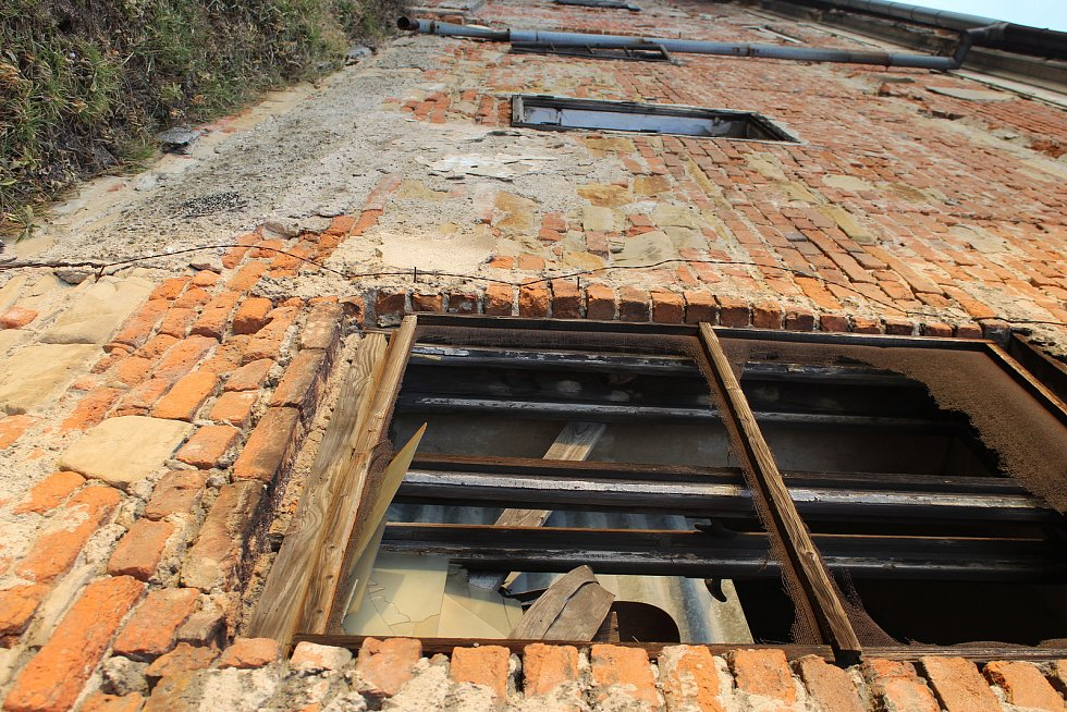Chátrající budovy hospodářského dvora projdou v následujících třech letech opravami a stanou se cílem cestovního ruchu.
