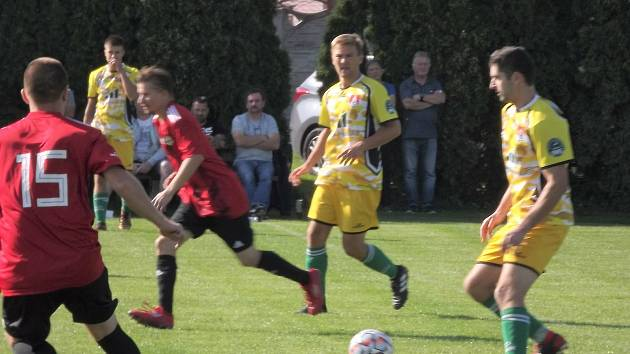 Fotbalisté Břestu (ve žlutém).