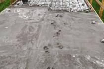 Opravu povrchu lávky přes řeku Moravu brzdí vandalové i počasí.