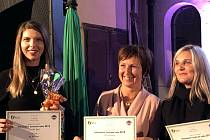 Turistické informační centrum Kroměříž získalo třetí místo ve Zlínském kraji v anketě Oblíbené informační centrum 2019. Ocenění převzala vedoucí TIC Veronika Ivanová (vlevo).