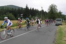 Aktivní Luděk Blinka z Cyklo MXM Hulín vyprovokoval únik čtrnáctičlenné skupiny. V cíli závodu ztratil na stupně vítězů dvě minuty.