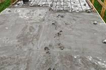 """Poničení izolace, kterou odborná firma pokládá na povrch lávky přes řeku Moravu, brzdí opravy v Kroměříži. """"Přestože je lávka uzavřená, někteří lidé to nerespektují, překonávají zábrany a chodí či dokonce jezdí na kole po nové izolaci. Dělníkům pak nezbýv"""