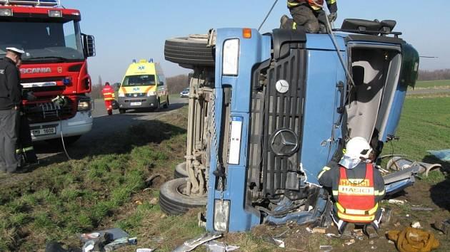 Těžká havárie nákladního auta u Bystřice pod Hostýnem, hasiči vystříhali muže z kabiny až za 2,5 hodiny.