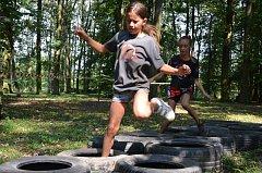 Brodit se potokem, přelézat stromy, plazit se jako vojáci, skákat v pytli a mnoho dalších úkolů čekalo na děti v holešovské zámecké zahradě.
