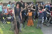 V Hulíně patřil poslední dubnový den čarodějnicím. Do letního kina dorazilo na slet čarodějnic přes pět set lidí.
