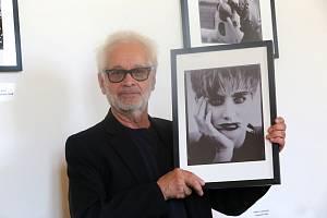 Robert Vano (na snímku) vystavuje na zámku v Holešově